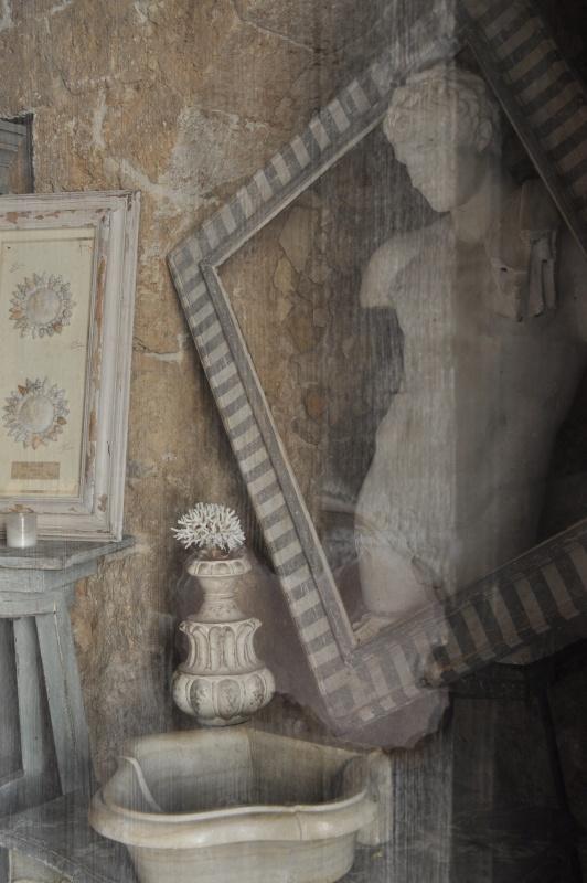 Vetrina di un antiquario in Sicilia