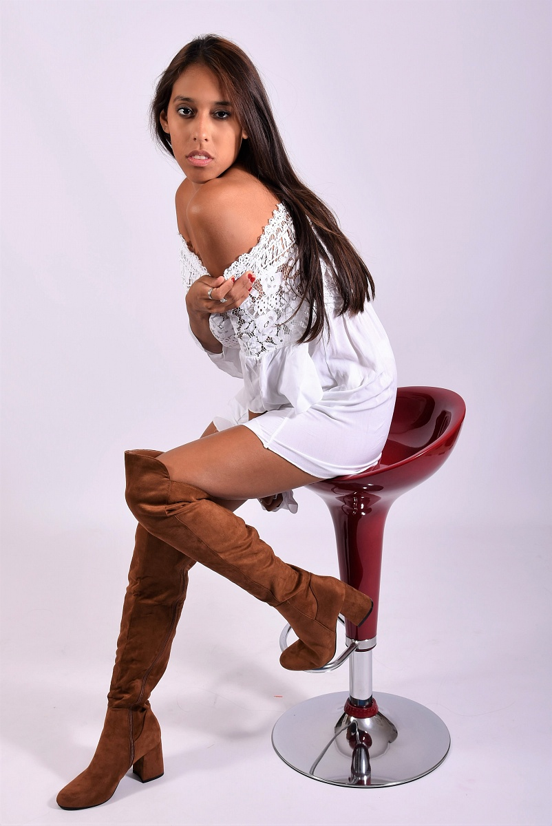 Kinberlyn Ruiz con Vestito Bianco