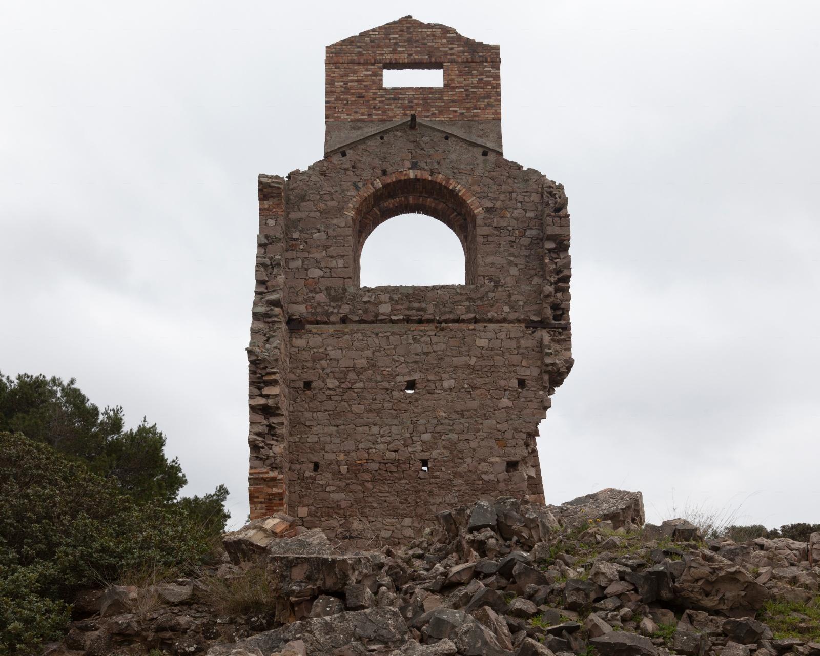 Miniera di manganese, resti del pozzo di estrazione, Carloforte.